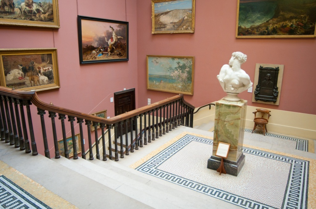 Gallery in the harris with sculptures and paintings